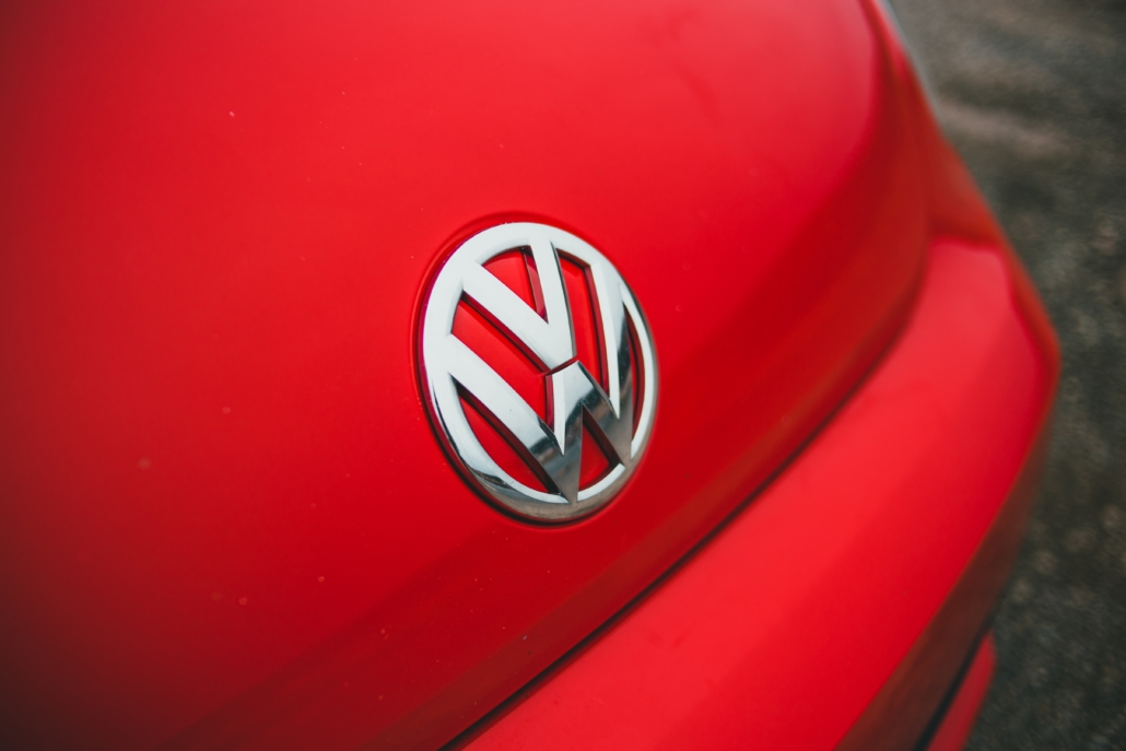 VW-Logo auf einer Motorhaube